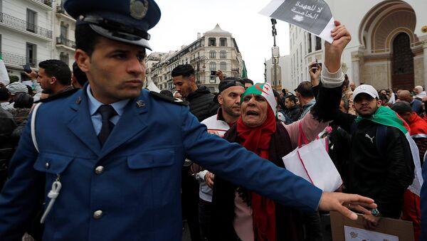 8 Mart 2019 cuma gününün protestolarında başkent Cezayir'de 5. döneme hayır sloganıyla sokaklara dökülenlere polis set çekmeye çalıştı. - Sputnik Türkiye