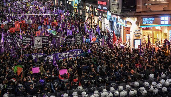 8 Mart Kadınlar Günü gece yürüyüşü - Sputnik Türkiye