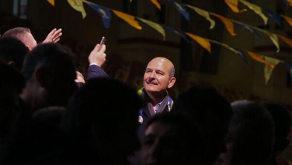 İçişleri Bakanı Süleyman Soylu, İzmir'in Buca ilçesi Kasaplar Meydanı'nda vatandaşlara hitap etti. Bakan Soylu, vatandaşları selamladı. - Sputnik Türkiye