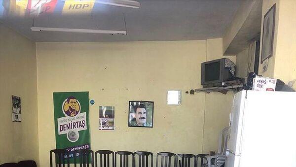 İzmir'de HDP seçim ofisine Abdullah Öcalan fotoğrafı asıldı - Sputnik Türkiye