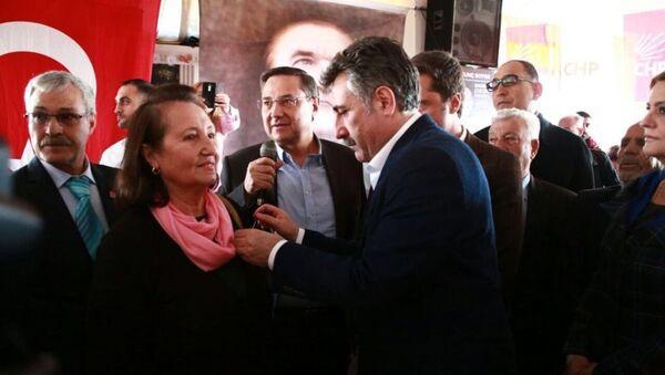 CHP Bayraklı Belediye Başkan adayı Serdar Sandal ve CHP İl Başkanı Deniz Yücel yeni üyelere rozetlerini törenle taktı - Sputnik Türkiye
