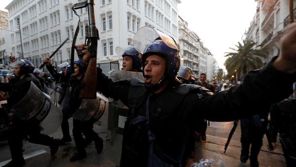Cezayir polisinden ordu ve halk kardeştir kutlaması - Sputnik Türkiye