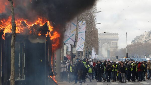 Fransa'da başkent Paris'teki Sarı Yelekliler gazete bayileri ateşe verildi - Sputnik Türkiye