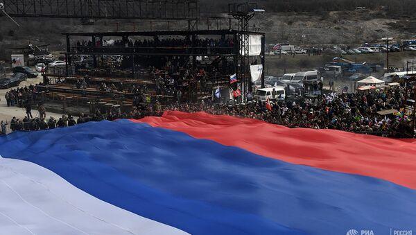 Rusya Rekorlar Kitabına giren en büyük Rus bayrağı Sevastopol yakınlarındaki Gasfort dağında açıldı. - Sputnik Türkiye