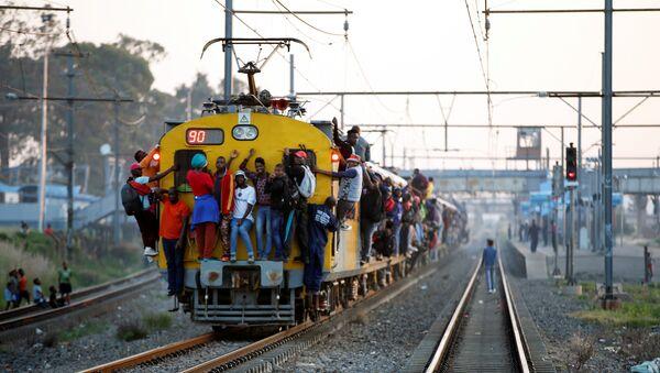 Güney Afrika'nın Soweto kentinde iş dönüşü banliyö trenine asılarak yolculuk - Sputnik Türkiye