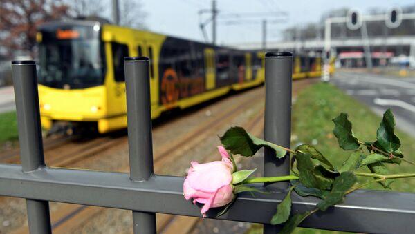 Hollanda'nın Utrecht kentinde tramvayda düzenlenen silahlı saldırının ardından olay yerine çok sayıda çiçek bırakıldı - Sputnik Türkiye