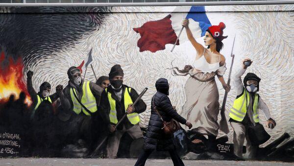 Fransa'da hayat pahalılığı ve akaryakıt zamlarıyla fitili ateşlenen Sarı Yelekler protestolarına gönderme yapan bir duvar resmi - Sputnik Türkiye
