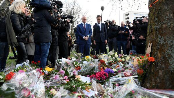 Hollanda Başbakanı Mark Rutte ve Adalet-Güvenlik Bakanı Ferdinand Grapperhaus, Utrecht'te tramvay saldırısının gerçekleştiği mevkide oluşturulan anma köşesine çiçek bıraktı. - Sputnik Türkiye