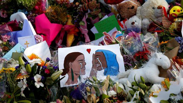 Yeni Zelanda'da saldırı düzenlenen camilerin önüne çok sayıda çiçek ve dayanışma mesajları içeren kartlar bırakıldı - Sputnik Türkiye