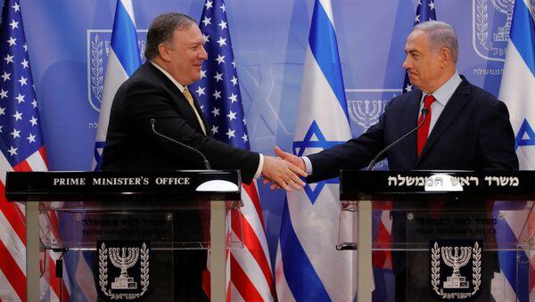 Netanyahu, bölgesel tur kapsamında İsrail'e gelen ABD Dışişleri Bakanı Mike Pompeo ile Batı Kudüs'teki Başbakanlık Ofisi'nde görüştü. - Sputnik Türkiye