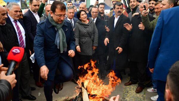 CHP İstanbul Büyükşehir Belediye Başkan Adayı Ekrem İmamoğlu, Caferi vatandaşlar tarafından düzenlenen Nevruz kutlamalarında, Nevruz'un resmi bir bayram olarak kutlanması gerektiğini ifade etti. - Sputnik Türkiye