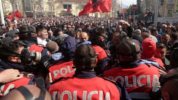 Arnavutluk'ta protestocular ve polis çatıştı - Sputnik Türkiye