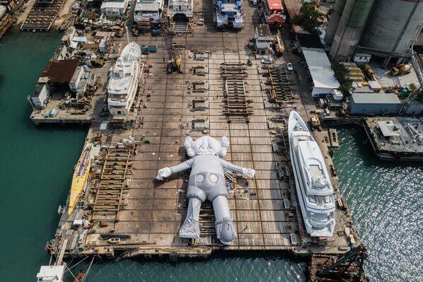 KAWS adıyla da bilinen Amerikalı sanatçı Brian Donnelly'ye ait Disney'in ünlü karakteri Mickey Mouse'u andıran dev yüzen heykel - Sputnik Türkiye