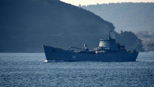 Rus donanmasına ait, 148 borda numaralı Orsk isimli savaş gemisi, Çanakkale Boğazı'ndan geçti. - Sputnik Türkiye