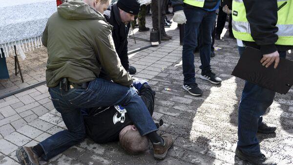Finlandiya Dışişleri Bakanı Timo Soini'ye saldırmaya çalışan bir kişi polisler tarafından gözaltına alındı. - Sputnik Türkiye