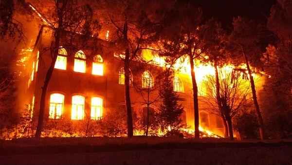 Denizli'nin Çal ilçesinde 1928 yılında tamamlanarak eğitim-öğretime açılan okulda yangın çıktı. - Sputnik Türkiye