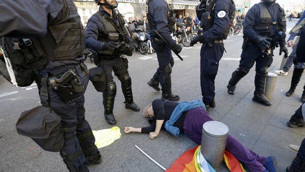 Fransa'nın Nice kentindeki Sarı Yelekler yürüyüşüne polis saldırısı sırasında yere düşen 73 yaşındaki Genevieve Legay, burnu ve başından kanlar boşalması sonucu bilincini kaybetti. - Sputnik Türkiye