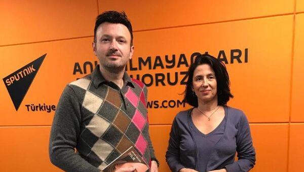 Gündem Dışı'nı sunan Serhat Sarısözen ve yazar Şebnem İşigüzel - Sputnik Türkiye