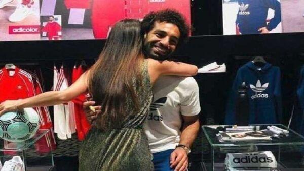 İngiliz polisi Liverpool'un Mısırlı oyuncusu Muhammed Salah'a sarılan Hindistanlı bir kadın - Sputnik Türkiye