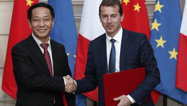 Çin Havacılık Malzemeleri (CASC) Başkanı Jia Baojun ile Airbus Başkanı Guillaume Faury - Sputnik Türkiye
