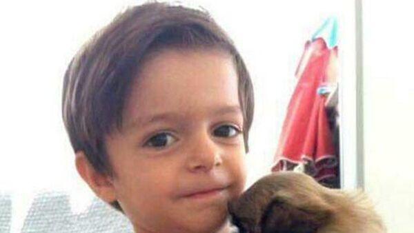 İzmir'de okul servisinde unutulmasının ardından yaşamını yitiren 3 yaşındaki Alperen Sakin - Sputnik Türkiye