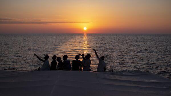 Libya açıklarında kurtarılan göçmenler - Sputnik Türkiye