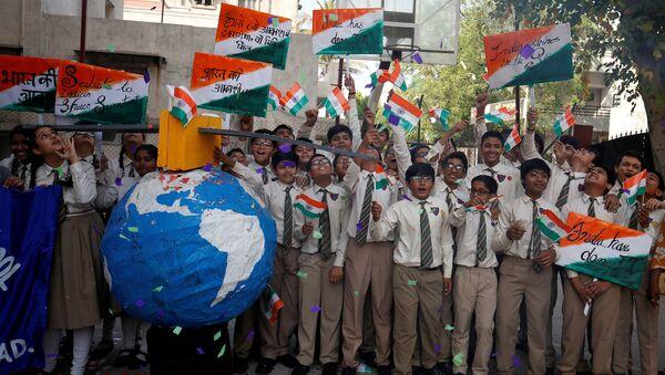 Hindistan'da öğrenciler, uydusavar füze ile alçak yörüngedeki uydunun vurulmasını kutluyor. - Sputnik Türkiye