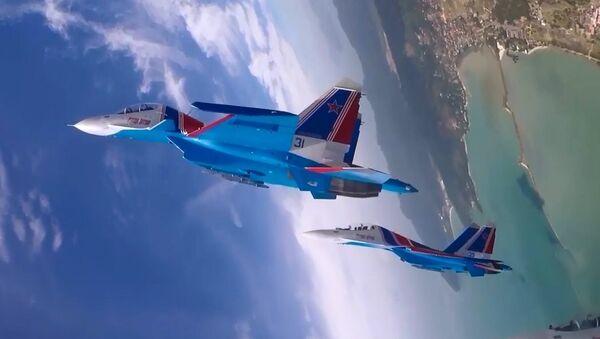 Rus Şövalyeleri'nin hava akrobasi gösterisi pilot kabinindeki kameraya yansıdı - Sputnik Türkiye