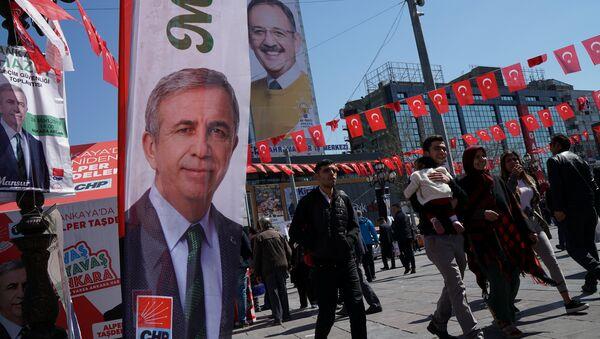 Ankaralılar, 31 Mart yerel seçimlerinin CHP'li adayı Mansur Yavaş ve AK Partili adayı Mehmet Özhaseki'nin afişleri arasında dolaşıyor. - Sputnik Türkiye