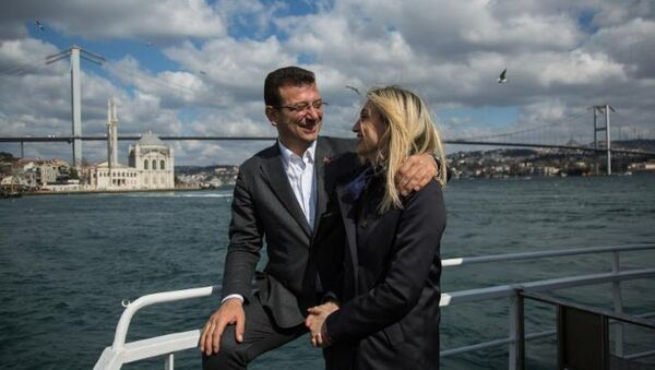 Ekrem İmamoğlu, Dilek İmamoğlu ile birlikte tekne turu yaptı. - Sputnik Türkiye