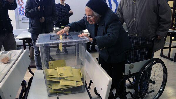 93 yaşında oy kullandı - Sputnik Türkiye