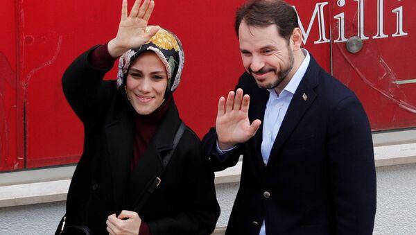 Hazine ve Maliye Bakanı Berat Albayrak ve eşi Esra Albayrak, seçim için oy kullandı - Sputnik Türkiye