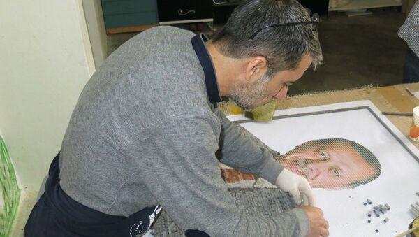 Çobanoğlu ile Demir, yaklaşık 1 ayda tamamlamayı planladıkları mozaik tabloyu Erdoğan'a hediye etmek istediklerini söyledi. - Sputnik Türkiye