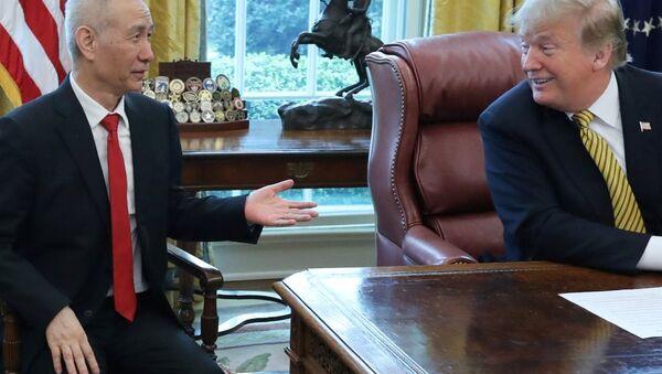 ABD Başkanı Donald Trump - Çin'in baş müzakerecisi Başbakan Yardımcısı Liu He - Sputnik Türkiye