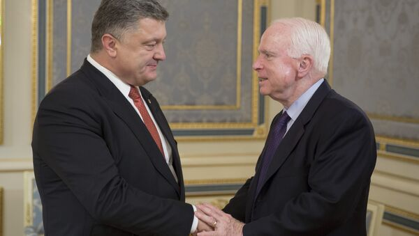 Ukrayna Devlet Başkanı Pyotr Poroşenko ve ABD'li senatör John McCain - Sputnik Türkiye