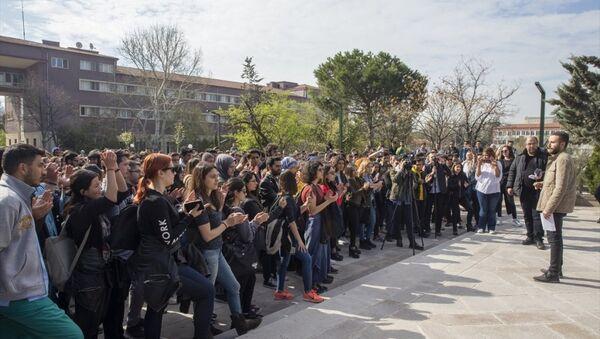 Ankara Üniversitesi Veteriner Fakültesi'nden bir grup öğrenci, özel bir hayvan hastanesinde darbettiği veterinere cinsel istismarda bulunduğu öne sürülen profesörü protesto etti. - Sputnik Türkiye