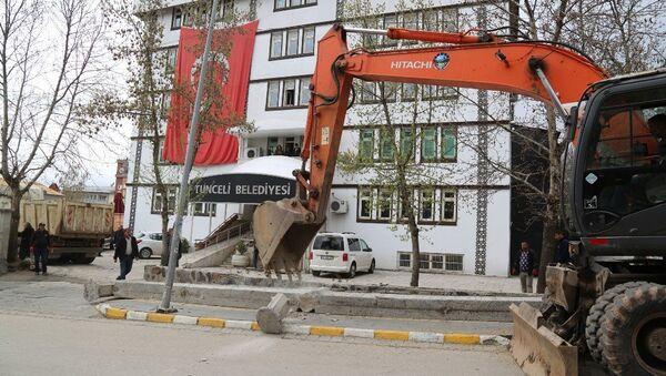 Tunceli Belediyesi önündeki çevre duvarı, yeni seçilen ve komünist başkan olarak bilinen Fatih Mehmet Maçoğlu tarafından yıktırıldı. - Sputnik Türkiye