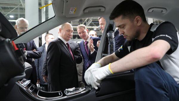 Rusya Devlet Başkanı Vladimir Putin, Moskova'daki Mercedes fabrikasını ziyaret etti. - Sputnik Türkiye