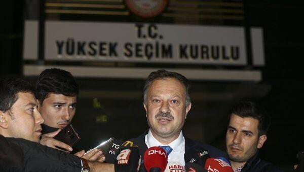 AK Parti'nin Yüksek Seçim Kurulu (YSK) temsilcisi Recep Özel, YSK önünde açıklamalarda bulundu. - Sputnik Türkiye