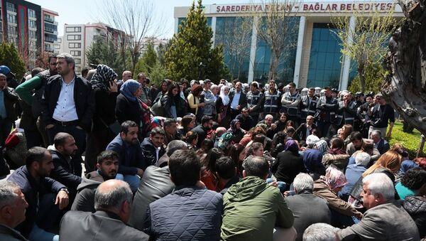 HDP'liler Bağlar Belediyesi önünde toplanarak oturma eylemi yaptı - Sputnik Türkiye