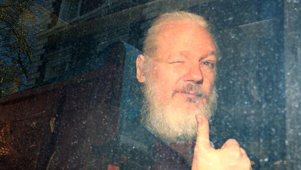 WikiLeaks'in kurucusu Julian Assange'ın gözaltına alındıktan sonraki ilk fotoğrafı. - Sputnik Türkiye