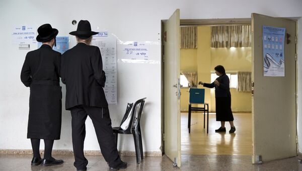 An ultra-Orthodox Jewish woman votes for Israel's parliamentary election at a polling station in Bnei Brak, Israel, Tuesday, April 9, 2019 - Sputnik Türkiye