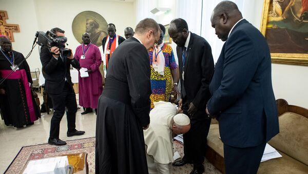 Katoliklerin ruhani lideri Papa Francis, Vatikan'da kabul ettiği Güney Sudan heyetinde bulunan liderlerin ayağını öperek ülkelerinde barışın devam etmesini diledi. - Sputnik Türkiye