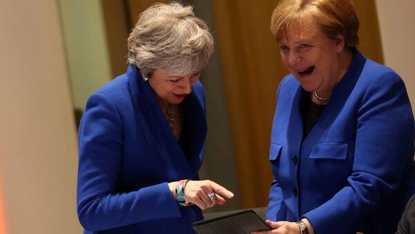 AB'nin 10 Nisan 2019'daki Brexit zirvesinde Merkel ile May iPad'e bakıp kahkahaları koyverirken... - Sputnik Türkiye