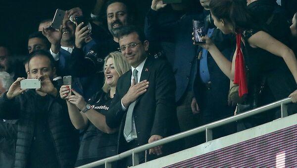 Ekrem İmamoğlu (sağda) maçı Beşiktaş Kulübü Başkanı Fikret Orman (solda) ile izledi. - Sputnik Türkiye