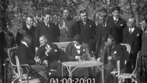 Bu görüntüler yeniden gündemde: Atatürk, ABD Büyükelçisi ile Fransızca konuşuyor - Sputnik Türkiye