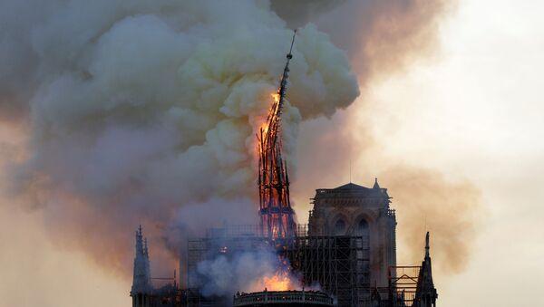Paris'teki tarihi Notre Dame Katedrali'nin ünlü kulesi çıkan yangında çöktü. - Sputnik Türkiye