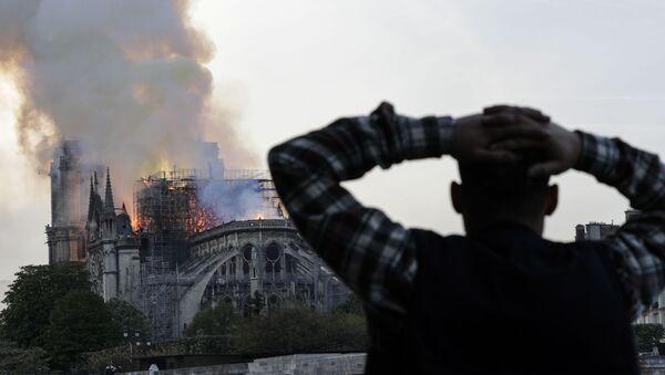 Paris'teki Notre Dame Katedrali'ni saran alevler yaklaşık dokuz saatte söndürülebildi. - Sputnik Türkiye