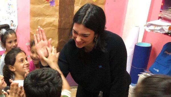 Dua Lipa, mülteci kampını ziyaret etti - Sputnik Türkiye