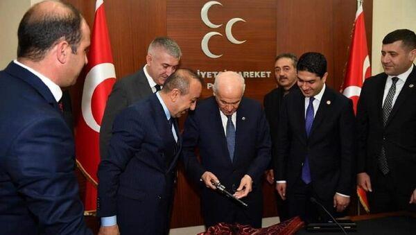 Devlet Bahçeli'ye hediye 149 yıllık tabanca - Sputnik Türkiye